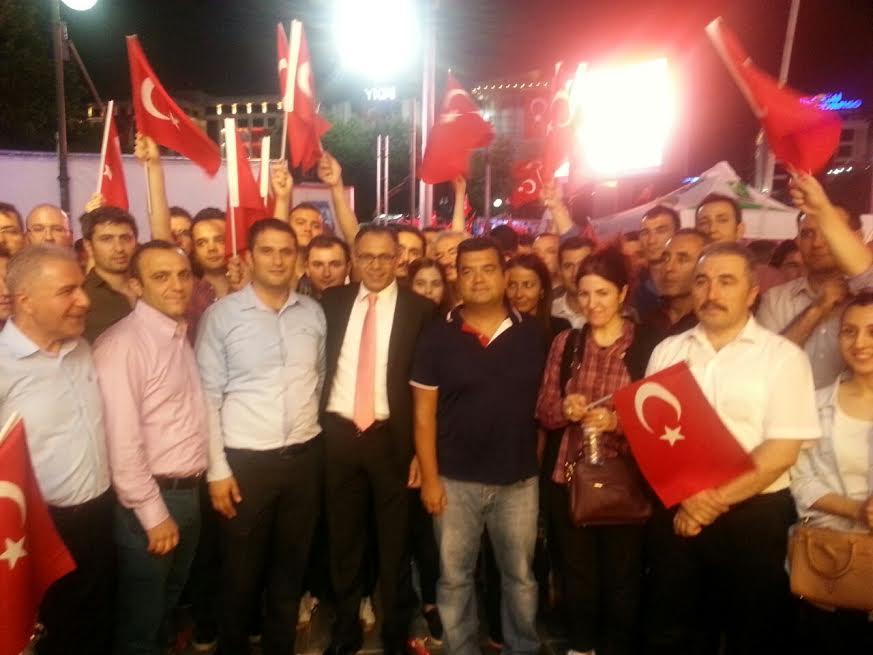 Emektar başkanlarımızdan sayın Tuncay CEVHEROĞLU ile Ankara Sosyal Güvenlik il Müdürü sayın İsmail SEVİNÇ de meydanlardaydı.